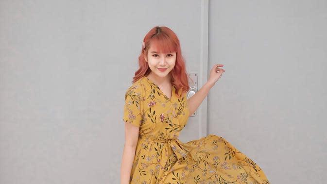 Menggunakan rambut berwarna pink, penampilan wanita kelahiran Singkawang ini terlihat semakin chic dan sangat fresh. Penampilannya semakin ceria dengan dress kuning bermotif bunga-bunga. (Liputan6.com/IG/@gheaindrawari)
