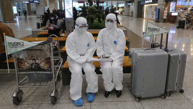 Petugas medis Universitas Nasional Chonnam menunggu mahasiswa China di Bandara Internasional Incheon, Korea Selatan, Selasa (25/2/2020). Korea Selatan menjadi negara dengan pasien virus corona (COVID-19) terbanyak di luar China. (AP Photo/Ahn Young-joon)