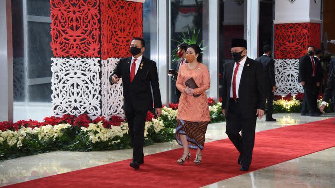 Ketua MPR Bambang Soesatyo (kiri) bersama Ketua DPR RI Puan Maharani (tengah) dan Ketua DPD La Nyalla Mattalitti saat tiba menghadiri sidang tahunan MPR RI di Gedung Nusantara Kompleks Parlemen Jakarta, Jumat (14/8/2020). (Pool/BiroPemberitaanParlemen)