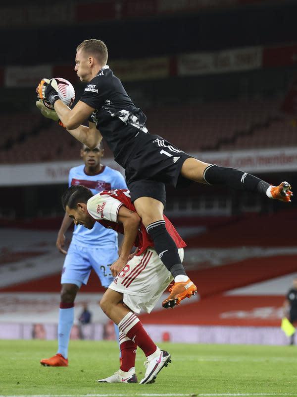 Kiper Arsenal, Bernd Leno menangkap bola saat bertanding melawan West Ham pada pertandingan lanjutan Liga Inggris di Stadion Emirates di London, Inggris, Sabtu (19/9/2020). Arsenal menang tipis 2-1 atas West Ham. (Julian Finney/Pool via AP)