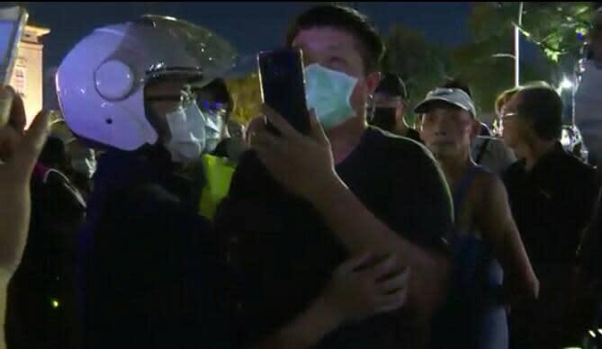 ▲罷韓民眾搶看吳怡農爆衝突,口罩男遭警帶離。(圖/記者郭凱杰翻攝,2020.06.03)