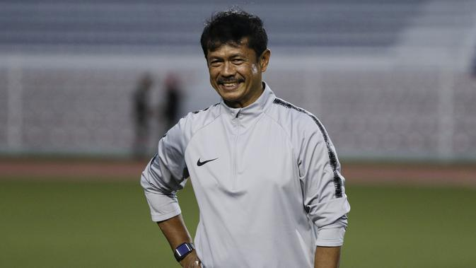 Pelatih Timnas Indonesia U-22, Indra Sjafri, tertawa saat memimpin latihan di Stadion Rizal Memorial, Manila, Jumat (22/11). Latihan ini persiapan jelang laga SEA Games 2019. (Bola.com/M Iqbal Ichsan)