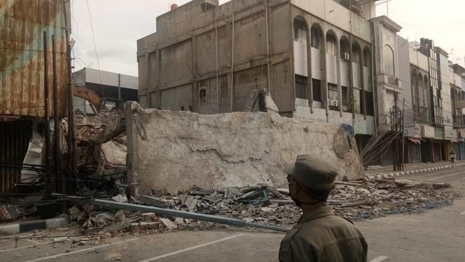 Material Pembongkaran Bangunan di Jakpus Berjatuhan, Lalu Lintas Terganggu