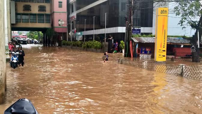 Air Setinggi 1 Meter Lebih Genangi Permukiman Warga di Cipulir