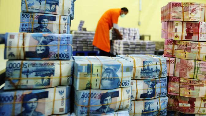 Tumpukan uang kertas pecahan rupiah di ruang penyimpanan uang