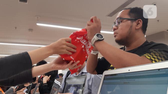 Fadly Permana, pembeli iPhone XR pertama di Indonesia. Liputan6.com/Agustin Setyo W