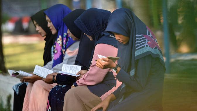 Warga berdoa (CHAIDEER MAHYUDDIN/AFP)