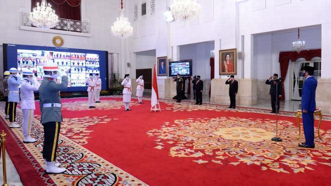 Presiden Joko Widodo atau Jokowi (kanan) memimpin upacara Pengukuhan Pasukan Pengibar Bendera Pusaka (Paskibraka) di Istana Negara, Jakarta, Kamis (13/8/2020). Sebanyak 8 anggota Paskibraka akan bertugas pada upacara HUT ke-75 Kemerdekaan RI. (Foto: Lukas - Biro Pers Sekretariat Presiden)