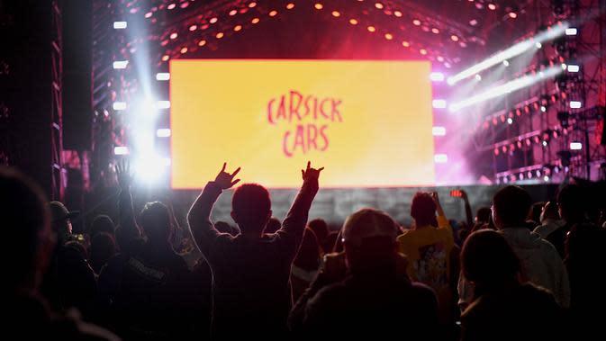 Orang-orang mendengarkan sebuah band yang tampil pada Festival Musik Rye selama dua hari di Beijing pada 18 Oktober 2020. (Photo by Noel Celis / AFP)