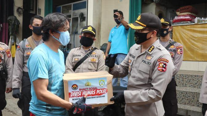 Jajaran Divisi Humas Polri bersama pengurus Bhayangkari membagikan 1.000 paket sembako yang ditujukan kepada masyarakat kurang mampu dan terdampak pandemi virus Corona Covid-19. (Foto: Humas Polri)