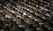 伊斯蘭保守風起 印尼市府命官員赴清真寺晨禮