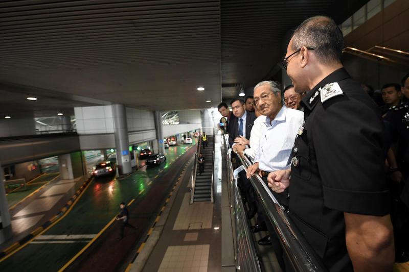 Johor Immigration Director Baharuddin Tahir briefs Prime Minister Tun Dr Mahathir Mohamad during a site visit to the Sultan Iskandar (BSI) Customs, Immigration and Quarantine (CIQ) Complex in Johor Baru October 31, 2019. — Bernama pic