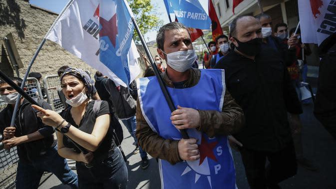 Demonstran meneriakkan slogan-slogan selama memprotes kematian George Floyd di dekat Konsulat AS di Istanbul, Turki, Kamis (4/6/2020). Kematian pria kulit hitam George Floyd saat ditangkap oleh polisi Amerika Serikat memicu kemarahan di sejumlah negara. (AP Photo/Emrah Gurel)