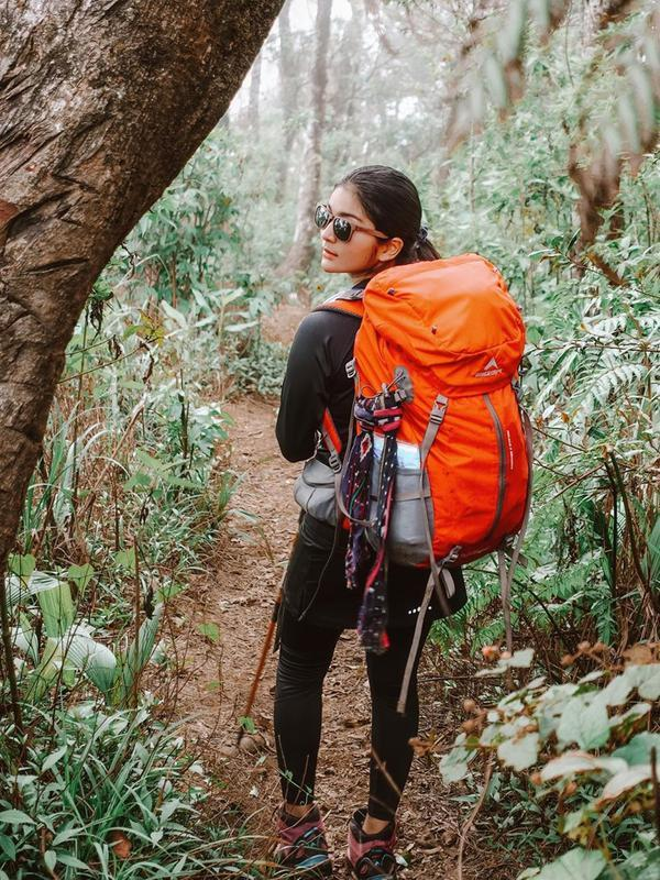 Perempuan kelahiran 16 Desember 1996 gayanya selalu menarik untuk dilihat. Meski sedang mendaki, ia juga terlihat menawan dengan kenakan kacamata. Potret trendinya saat menaki gunung ini curi perhatian. (Liputan6.com/IG/@debisagita)