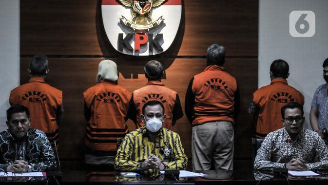 Ketua KPK Firli Bahuri memberikan keterangan terkait penahanan lima tersangka kasus dugaan korupsi terkait proyek fiktif di PT Waskita Karya, di Jakarta, Kamis (23/7/2020). Mereka yakni, Desi Arryani, Jarot Subana, Fakih Usman, Fathor Rachman dan Yuly Ariandi Siregar. (merdeka.com/Iqbal Nugroho)