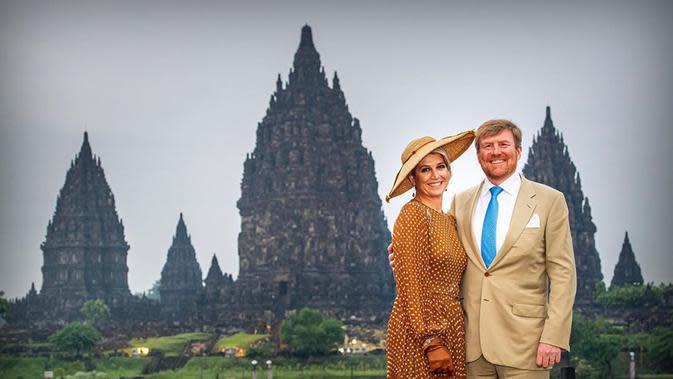 Raja Belanda Willem-Alexander dan Ratu Maxima berfoto dengan latar belakang Candi Prambanan. (dok. Instagram @koninklijkhuis/https://www.instagram.com/p/B9mAmnFnpdZ/)