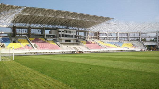 Hamparan rumput Zoysia Matrella tumbuh subur dan hijau, menjadi kebanggaan Stadion Manahan. (Bola.com/Vincentius Atmaja)
