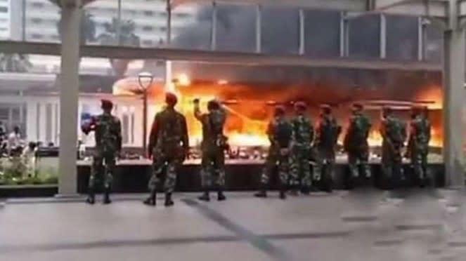 VIVA Militer: Prajurit Marinir TNI di Plaza Indonesia.