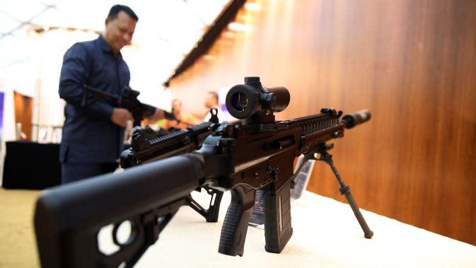 Senjata buatan Pindad dipamerkan dalam acara pemberian hadiah lomba tembak AARM-27/2017 dan AASAM 17 di Jakarta, Rabu (27/12). PT Pindad mengapresiasi kontingen TNI karena berhasil mendapatkan prestasi. (Liputan6.com/Johan Tallo)