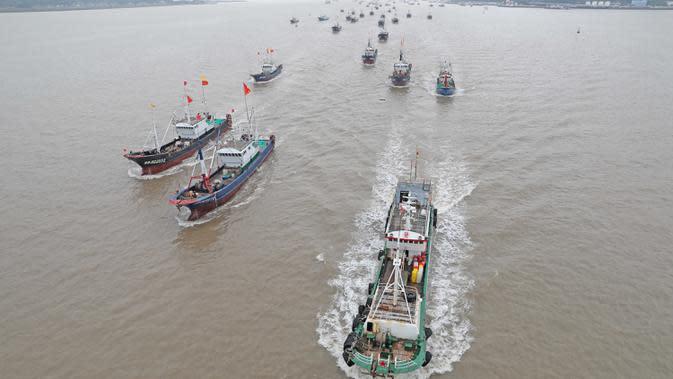 Kapal-kapal penangkap ikan berangkat dari Pelabuhan Shenjiamen di Zhoushan, Provinsi Zhejiang, China timur, pada 16 September 2020. Kapal-kapal penangkap ikan berangkat dari sejumlah pelabuhan di Provinsi Zhejiang pada Rabu (16/9) siang waktu setempat. (Xinhua/Chen Yongjian)