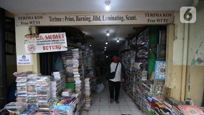 Suasan salah satu toko buku di Kwitang, Senen, Jakarta, Minggu (27/9/2020). Menurut keterangan para pedagang, penjualan buku di masa pandemi menurun hingga 50 persen dikarenakan masyarakat saat ini sudah beralih melakukan transaksi pembelian secara daring. (Liputan6.com/Angga Yuniar)