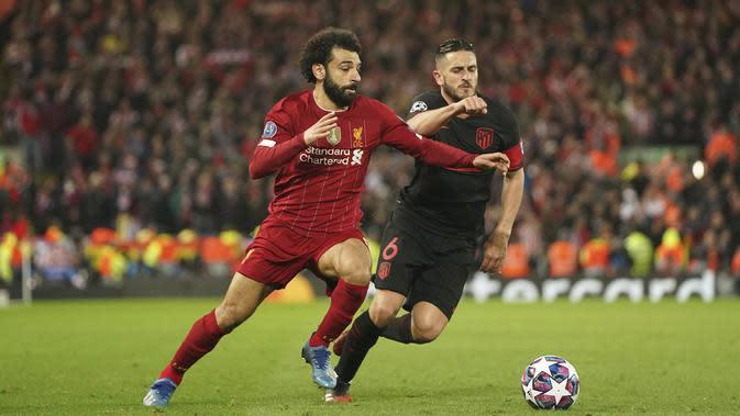 Pemain Atletico Madrid, Koke, berebut bola dengan penyerang Liverpool, Mohamed Salah, pada laga Liga Champions di Stadion Anfield, Rabu (11/3/2020). Liverpool takluk 2-3 dari Atletico Madrid. (AP/Jon Super)