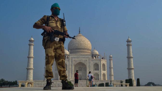 Tentara paramiliter berjaga saat Taj Mahal dibuka kembali di Agra, India pada Senin (21/9/2020). Taj Mahal kembali dibuka untuk umum dalam gerakan simbolis seperti biasa, bahkan ketika India tampaknya akan mengambil alih AS sebagai pemimpin global dalam infeksi virus Corona. (AP Photo/Pawan Sharma)