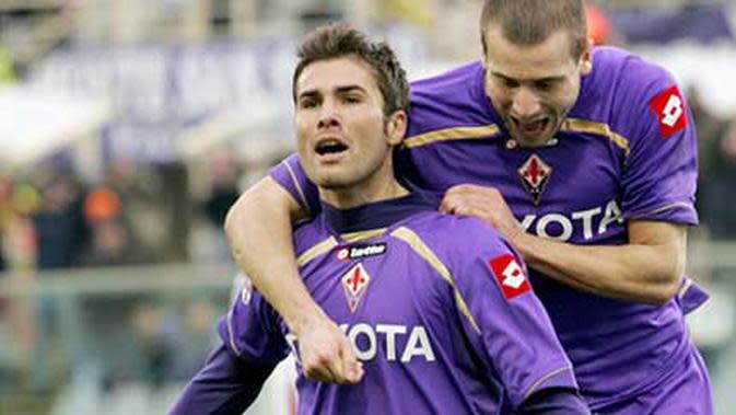 Kegembiraan Adrian Mutu (kiri) yang disambut rekannya bek Lorenzo Di Silvestri seusai mencetak gol balasan Fiorentina ke gawang Bari dalam lanjutan Serie A di Artemio Franchi, 10 Januari 2009. Fiorentina unggul 2-1.
