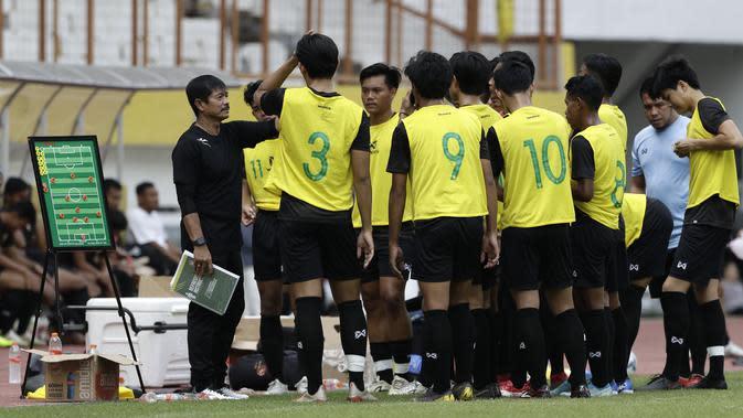 Asisten Pelatih Timnas Indonesia U-19, Indra Sjafri, memberikan arahan saat internal games di Stadion Wibawa Mukti, Cikarang, Rabu (15/1). Sebanyak 53 pemain mengikuti seleksi untuk memperkuat skuat utama Timnas Indonesia U-19. (Bola.com/Yoppy Renato)