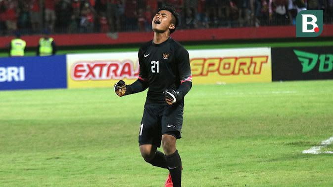 Selebrasi kiper Timnas Indonesia U-16, Ernando Ari Sutaryadi, setelah mengadang penalti Thailand pada final Piala AFF U-16 2018, Sabtu (11/8/2018). (Bola.com/Aditya Wany)