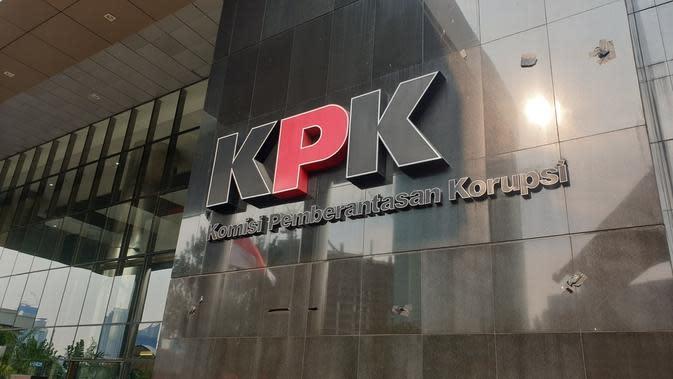 Logo KPK yang sempat tertutup kain hitam kini sudah terbuka usai demo ricuh, Jumat (13/9/2019). (Liputan6.com/ Nanda Perdana Putra)