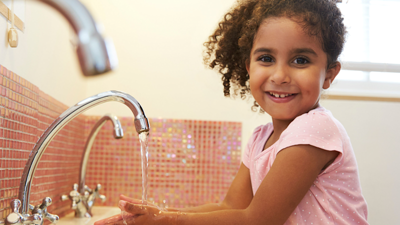 Anak mencuci tangan,virus corona