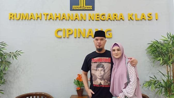 Mulan Jameela jemput Ahmad Dhani dari penjara (https://www.instagram.com/p/B6rX465B2PI/)