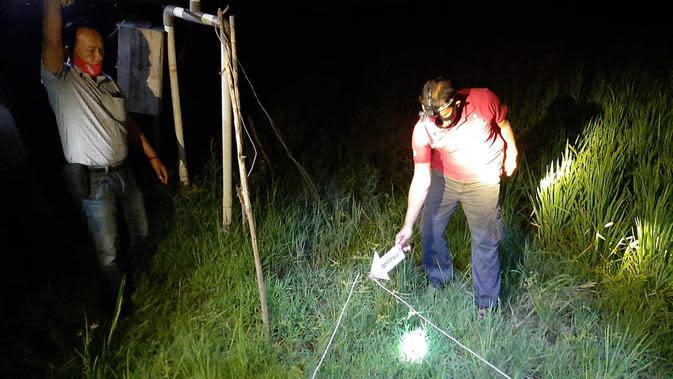 Polisi saat olah TKP kasus pasutri tewas tersengat listrik jebakan tikus (Liputan6.com/Ahmad Adirin)