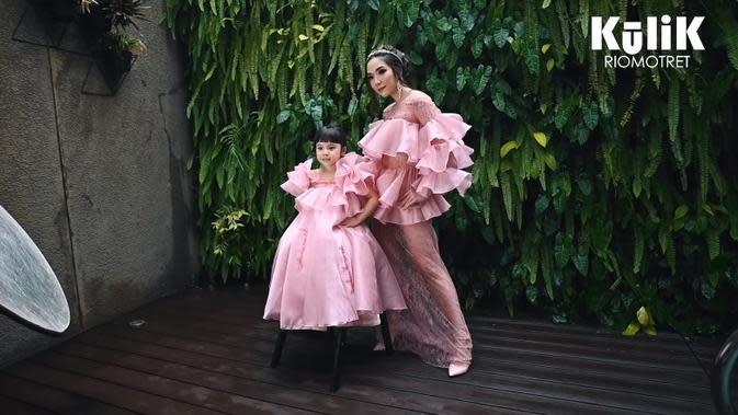 Pemotretan Gisella Anastasia dan Gempi (Sumber: YouTube/RIOMOTRET)