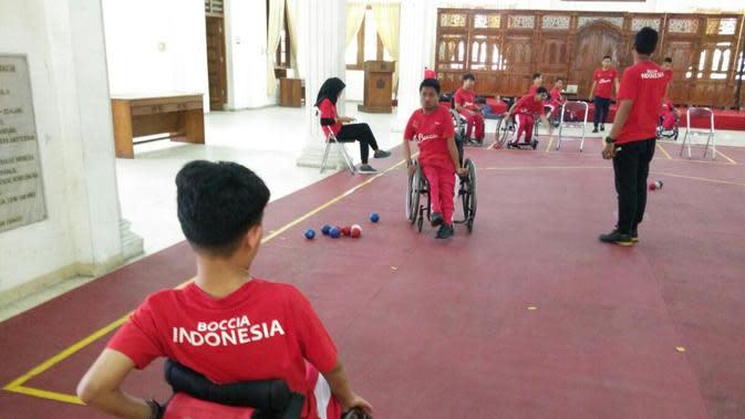 Atlet NPC Indonesia cabang olahraga Boccia saat berlatih di Gedung YPAC kota Solo. (Bola.com/Vincentius Atmaja)