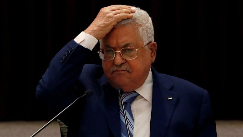 Palestinian Authority President Mahmoud Abbas puts his hand on his head during a meeting of the Palestinian leadership (18 August 2020)