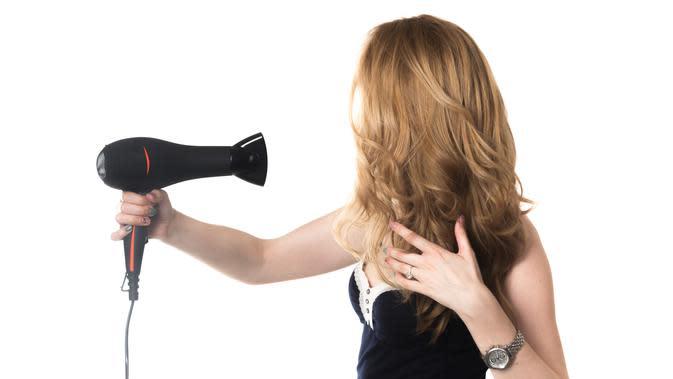 Ilustrasi Menggunakan Hair Dryer Credit: freepik.com