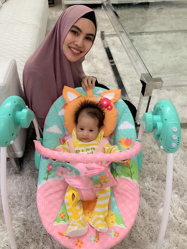 Buah hati Kartika Putri dan Habib Usman belum genap berusia tiga bulan, sebagai orangtua tentunya mereka mempersiapkan banyak hal untuk membawa bayi perempuannya melakukan perjalanan yang jauh. (Instagram/kartikaputriworld)