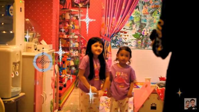 Anang juga menunjukkan beberapa kamar anaknya. Salah satunya adalah kamarnya Arsy dan Arsa. (Youtube/Baim Paula)