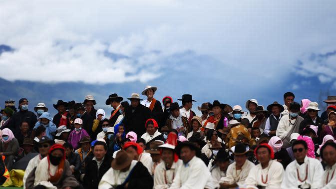 Para penonton menyaksikan kompetisi tarik tambang di Wilayah Damxung, Daerah Otonom Tibet, China, 10 Agustus 2020. Dengan mengenakan pakaian tradisional, para penggembala dari sejumlah desa di Wilayah Damxung berpartisipasi dalam permainan tradisional itu. (Xinhua/Purbu Zhaxi)