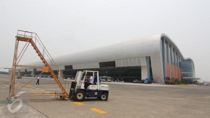 Teknisi melakukan maintenance pesawat di Hanggar 4 GMF Aero Asia di area Bandara Soekarno-Hatta, Tangerang, Senin (28/9). Hanggar ini menjadi hanggar perawatan pesawat berbadan kecil terbesar di dunia. (Liputan6.com/Angga Yuniar)