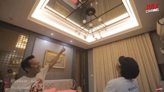 Kamar di rumah Denny Cagur. (YouTube/Sule Channel)