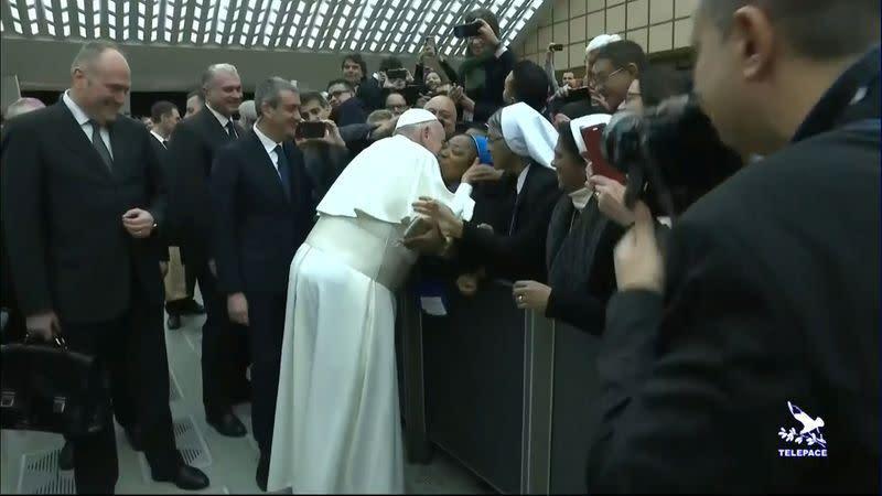 Setelah insiden menampar, paus cium biarawati yang bersumpah untuk tidak menggigit
