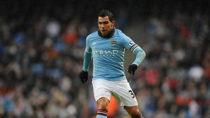 Carlos Tevez saat masih berseragam Manchester City. Tevez adalah salah satu pemain yang pernah membela Manchester United dan City. (AFP/ Andrew Yates)