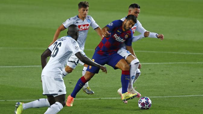 Penyerang Barcelona, Luis Suarez berusaha melewati para pemain Napoli pada leg kedua babak 16 besar Liga Champions di Stadion Camp Nou , Spanyol, Sabtu (8/82020). Barcelona menang 3-1 atas Napoli dan melaju ke perempat final dengan agregat skor 4-1. (AP Photo/Joan Monfort)