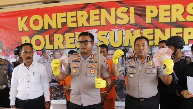 Polres Sumenep menangkap terduga pelaku pembunuhan dengan isu dukun santet. (Foto: Liputan6.com/Fahrul)