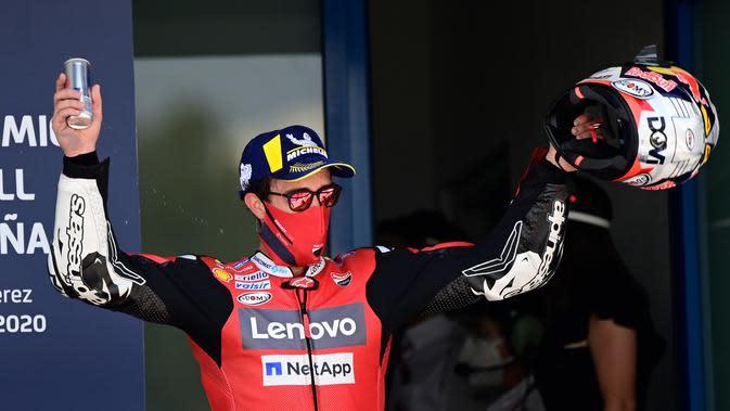 Finis ketiga MotoGP Jerez, Andrea Dovizioso tetap gunakan masker ketika naik podium. (Javier Soriano/AFP)