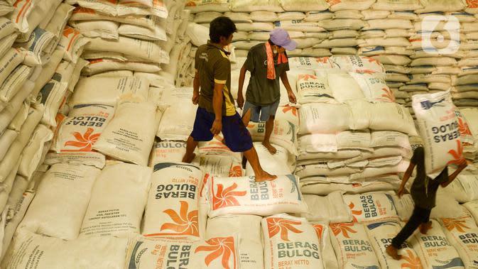 Pekerja memanggul karung beras Bulog di kawasan Kelapa Gading, Jakarta, Kamis (27/2/2020). Jelang Ramadan dan Idul Fitri 2020 Perusahaan Umum Badan Urusan Logistik atau Perum Bulog siap mengamankan pasokan beras di seluruh wilayah Indonesia mencapai 1,7 juta ton. (merdeka.com/Imam Buhori)