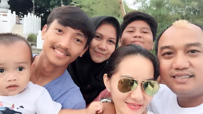 Azis Gagap bersama kedua istrinya (Sumber: Instagram/ajis_gagap22)